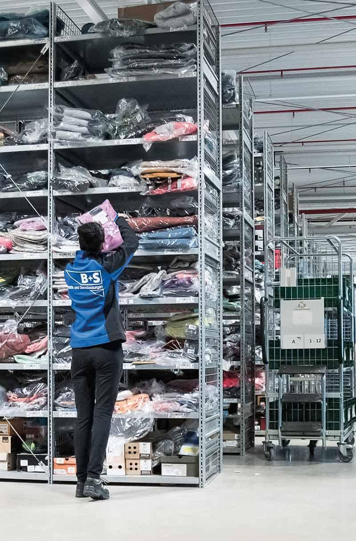 Die qualifizierten Mitarbeiter von B+S machen E-Commerce Fulfillment möglich, wie hier bei der Fachboden-Kommissionierung.
