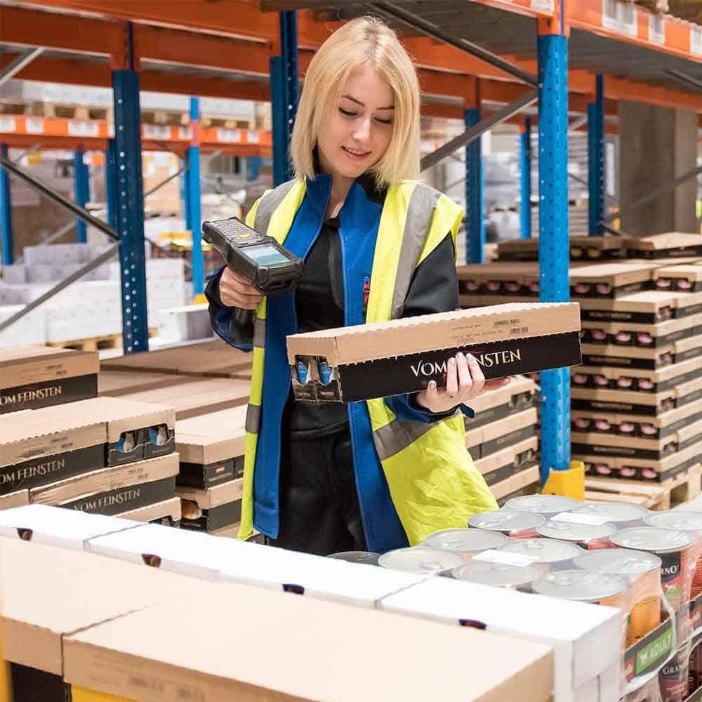B+S Logistik überprüft und scannt Wareneingänge.
