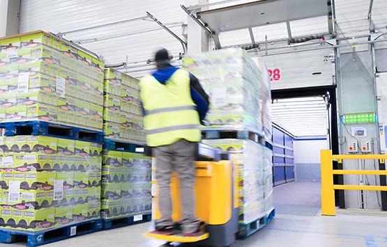 Lkw-Beladung am Standort Alzenau als Teil des logistischen Services von B+S.