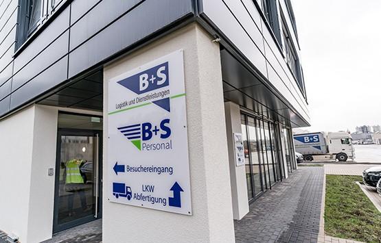 Außenansicht des neuen auf E-Commerce Fulfillment spezialisierten Standorts von B+S in Bielefeld.