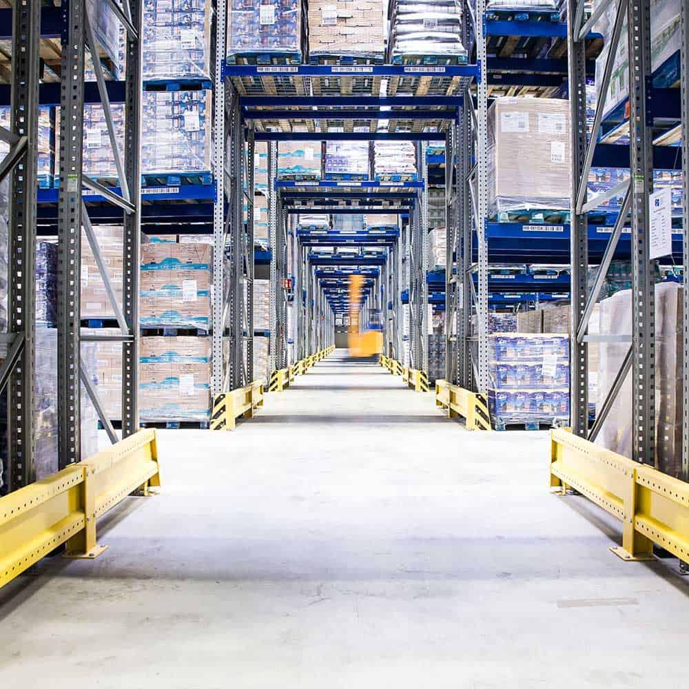 Ein Gabelstapler fährt durch die Gänge des Hochregallagers bei B+S. | A forklift truck drives through the aisles of the high-bay warehouse at B+S.