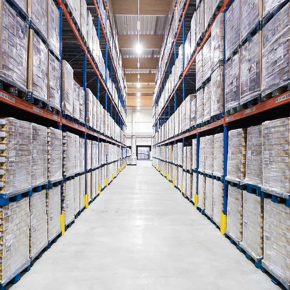 Große Flächen und Regalsysteme sind Voraussetzung für effektive Lagerlogistik. | Large areas and rack systems are a prerequisite for effective storage logistics.