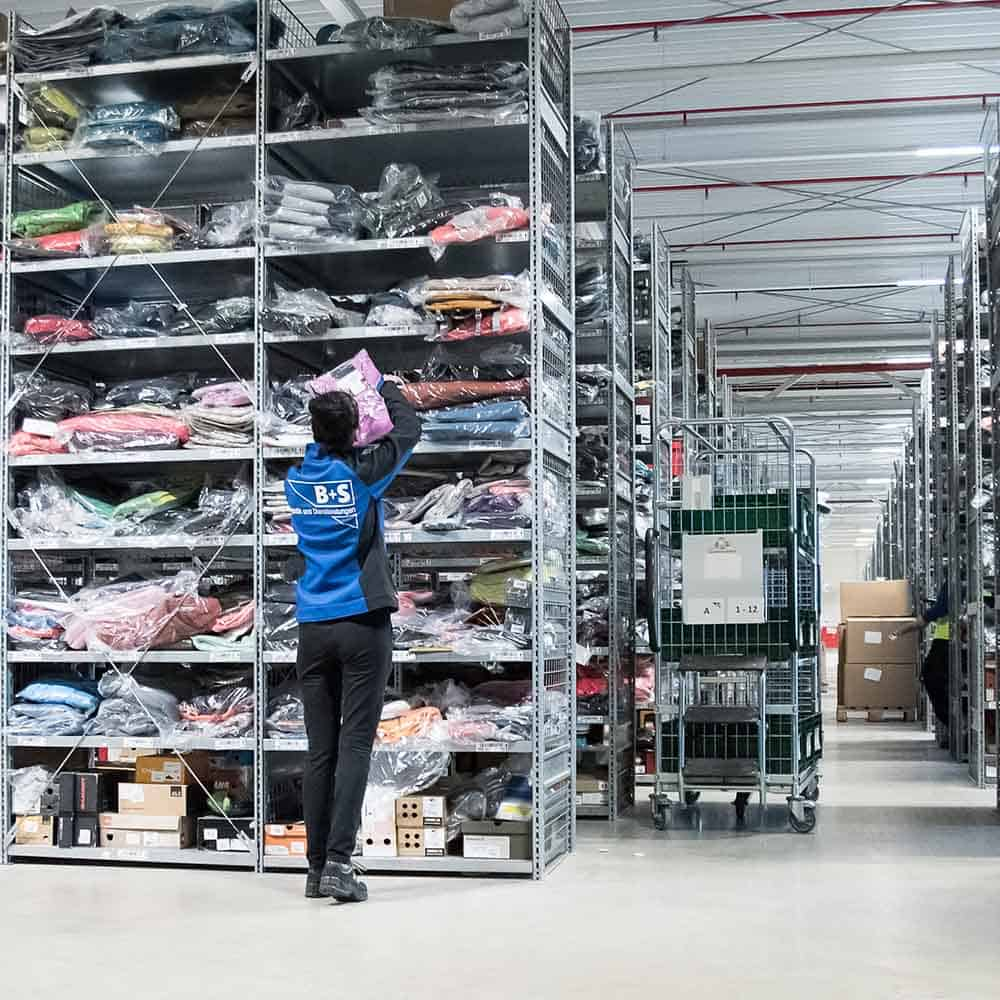 Qualifizierte Mitarbeiter picken und kommissionieren Artikel für den Online-Handel. | Qualified employees pick and prepare items for online trade.
