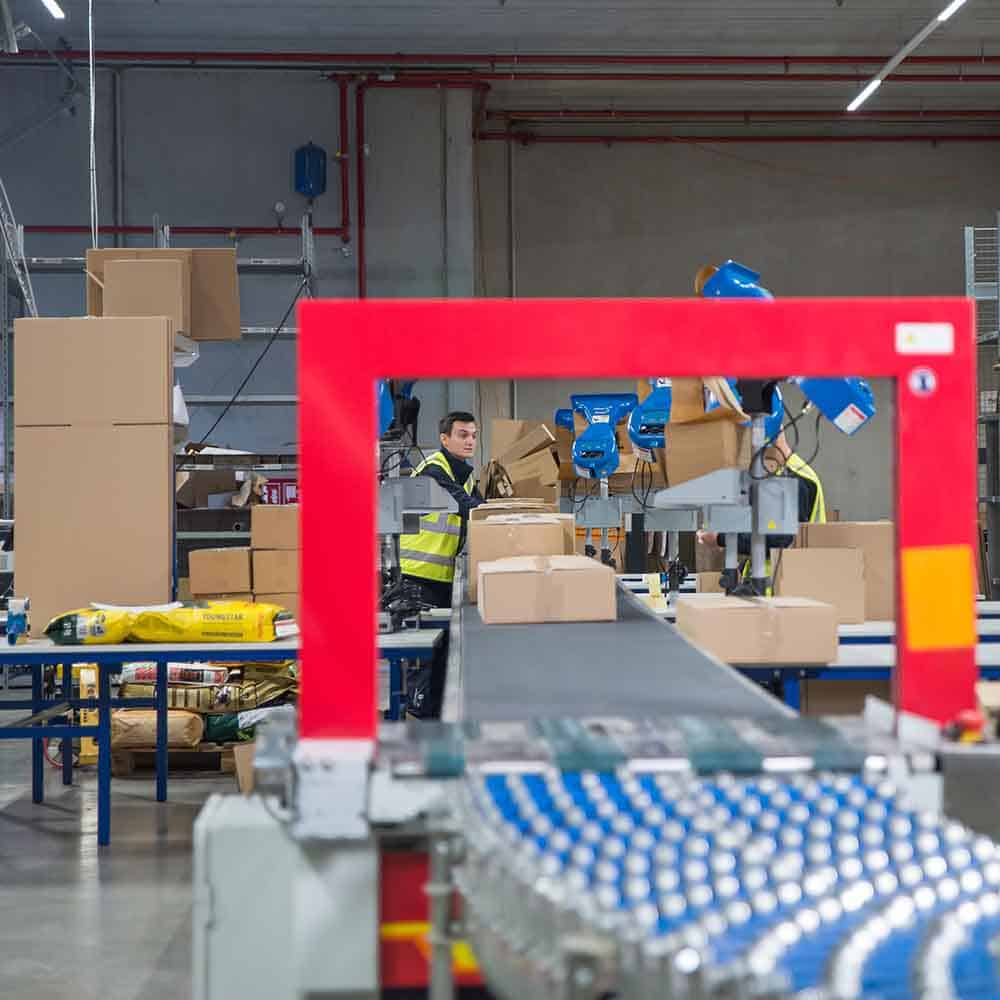 Nach der Kommissionierung und Konfektionierung ist bei B+S modernste Technik zur Verpackung von Bestellungen im Einsatz. | After picking and preparing, B+S uses state-of-the-art technology for packing orders.