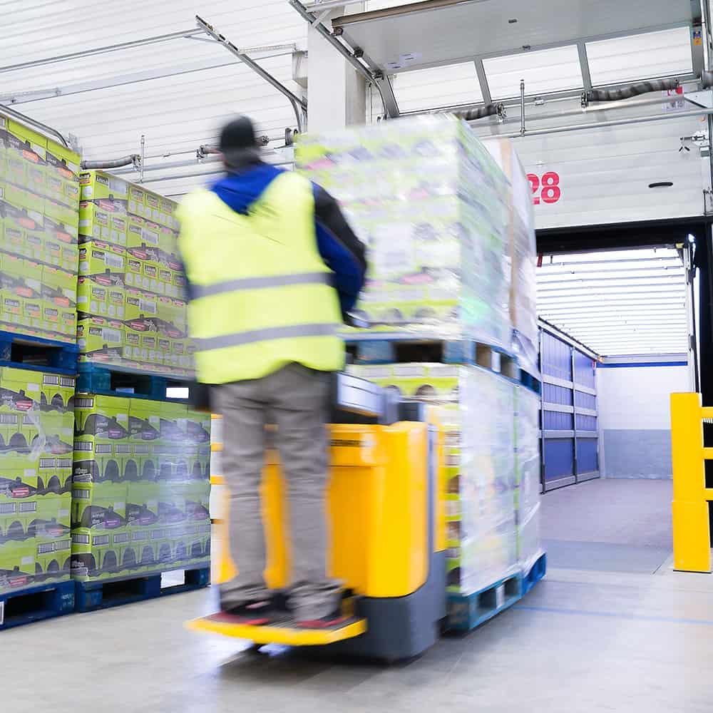 Schnell verladen und termingenau geliefert im Rahmen der Aktionswarenlogistik von B+S. | Fast loading and punctual delivery with B+S's promotional goods logistics.
