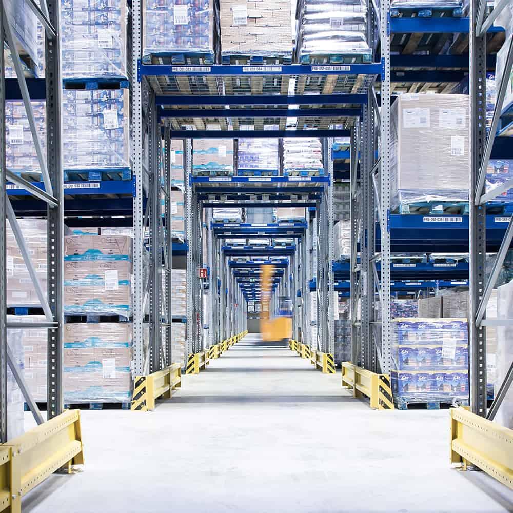 Quergang im modernen Hochregallager von B+S. Hier bietet der Logistikdienstleister Lagerlogistik an.   A cross-aisle in the modern high-bay warehouse at B+S. Here the logistics service provider offers storage logistics.