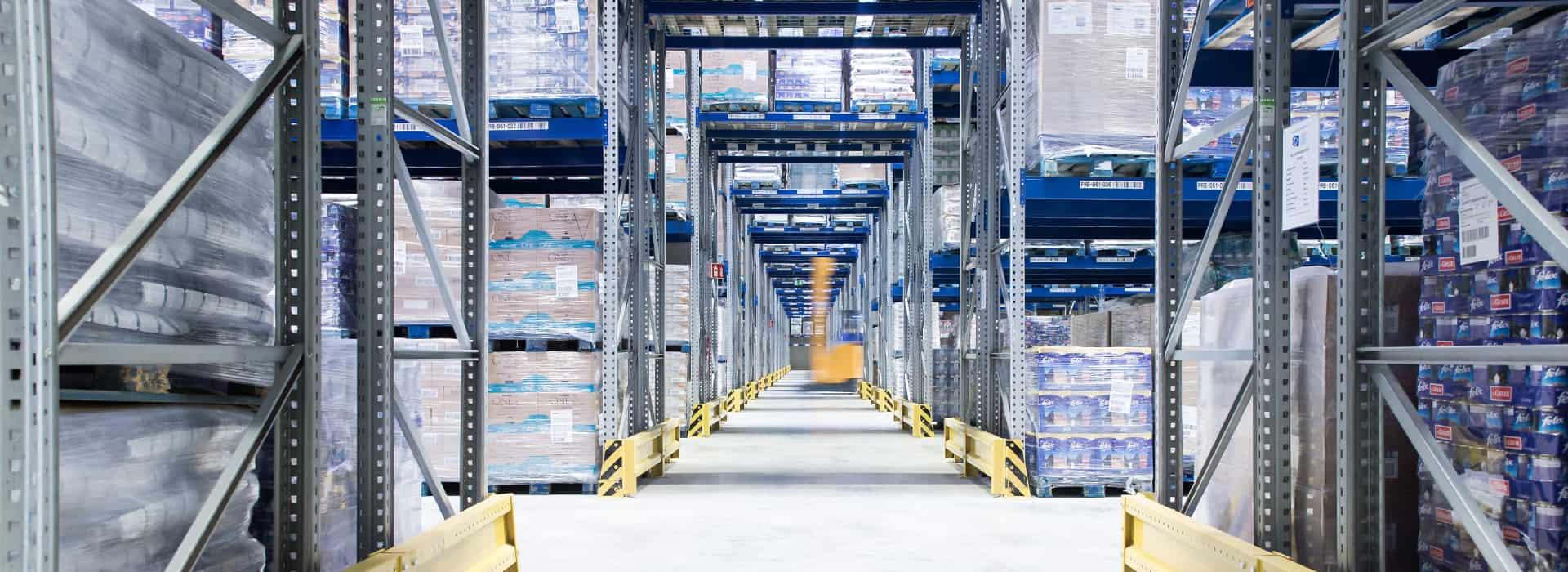 Quergang im modernen Hochregallager von B+S. Hier bietet der Logistikdienstleister Lagerlogistik an.