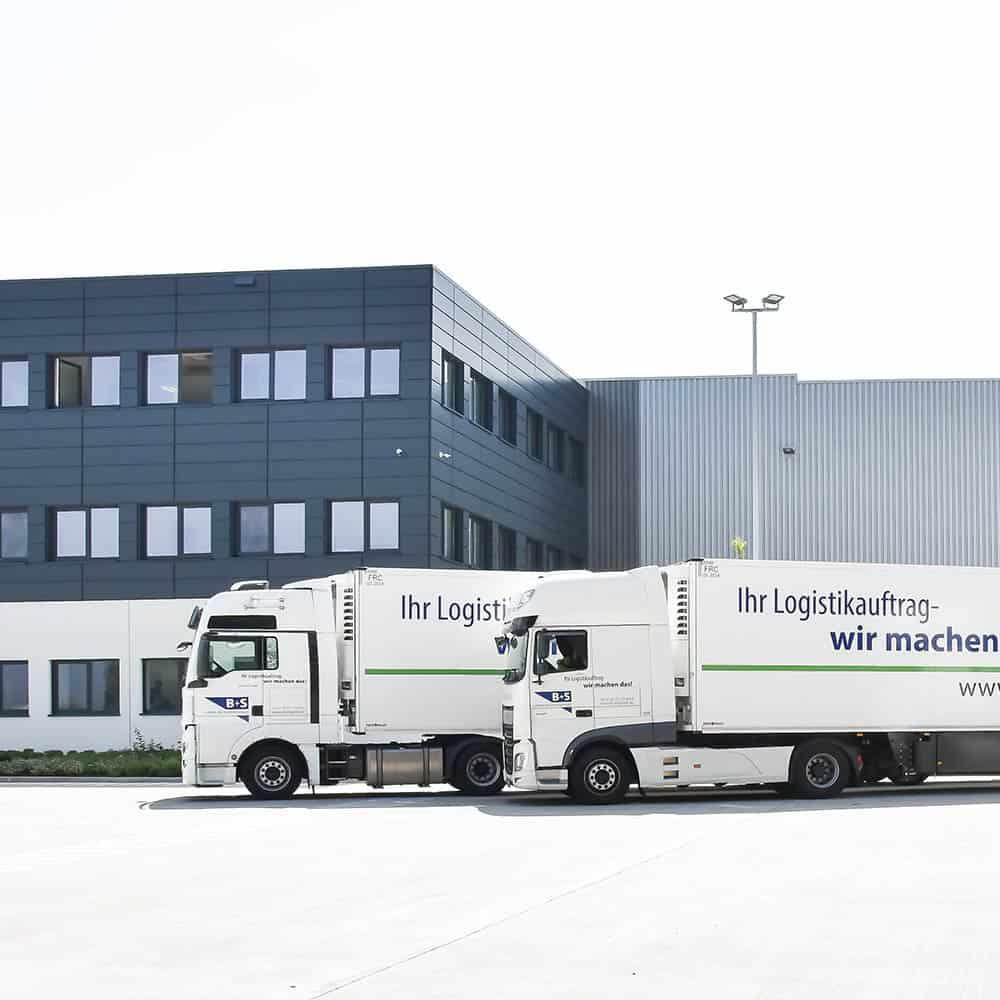 B+S verfügt über eigene Kühlfahrzeuge für Kühltransporte. | B+S has its own refrigerated vehicles for transporting refrigerated goods.