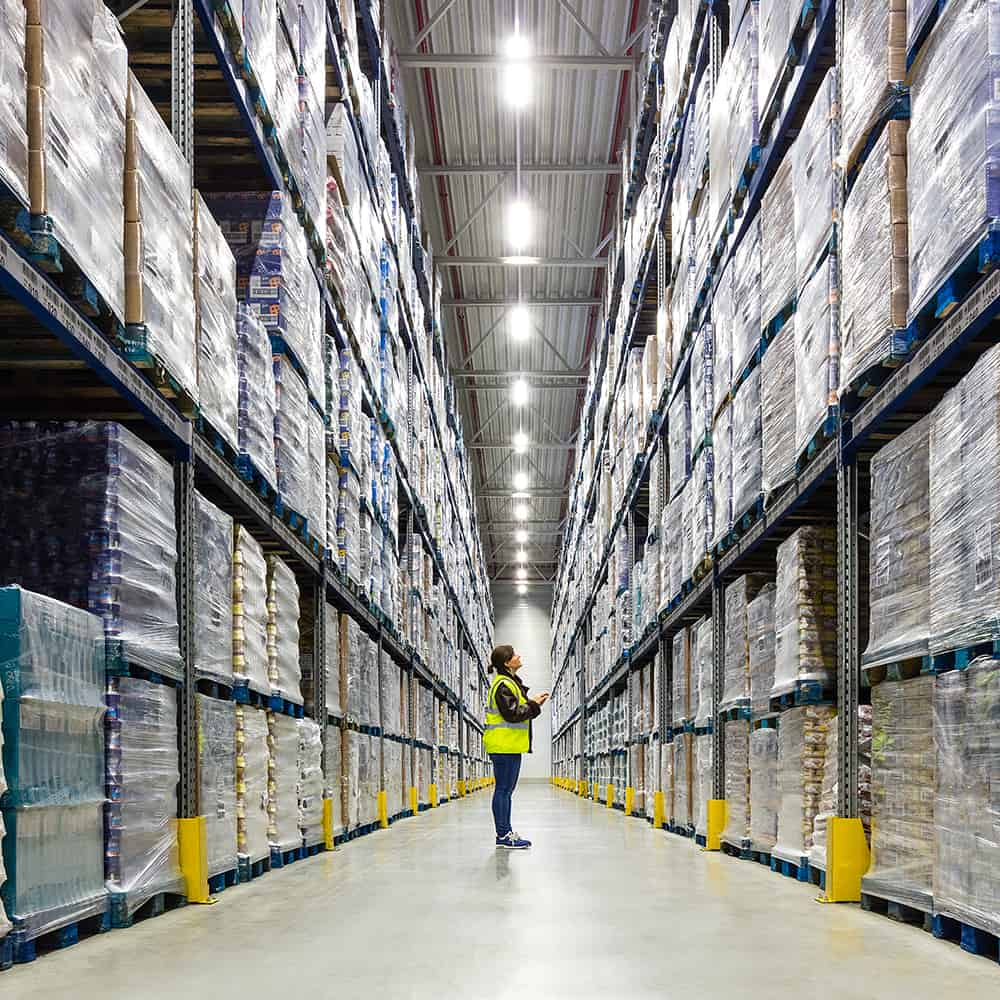 Wir überprüfen Lagerbestände für zuverlässiges Bestandsmanagement.   We check stock levels to ensure reliable inventory management.
