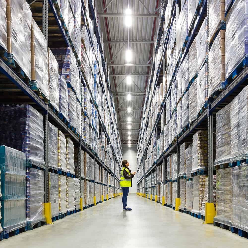 Wir überprüfen Lagerbestände für zuverlässiges Bestandsmanagement. | We check stock levels to ensure reliable inventory management.