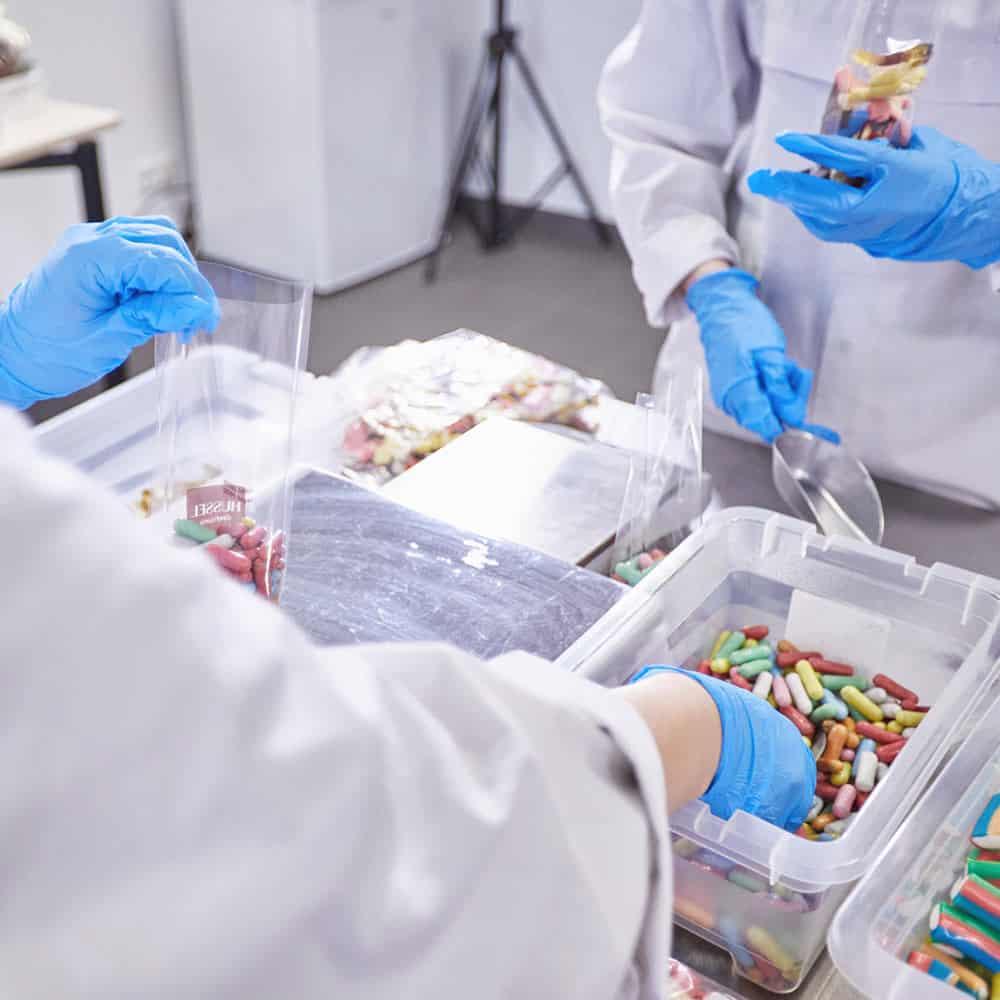 B+S kümmert sich um die Konfektionierung beispielsweise von Food-Artikeln. | B+S takes care of packaging and finishing tasks, for foodstuffs, for example.