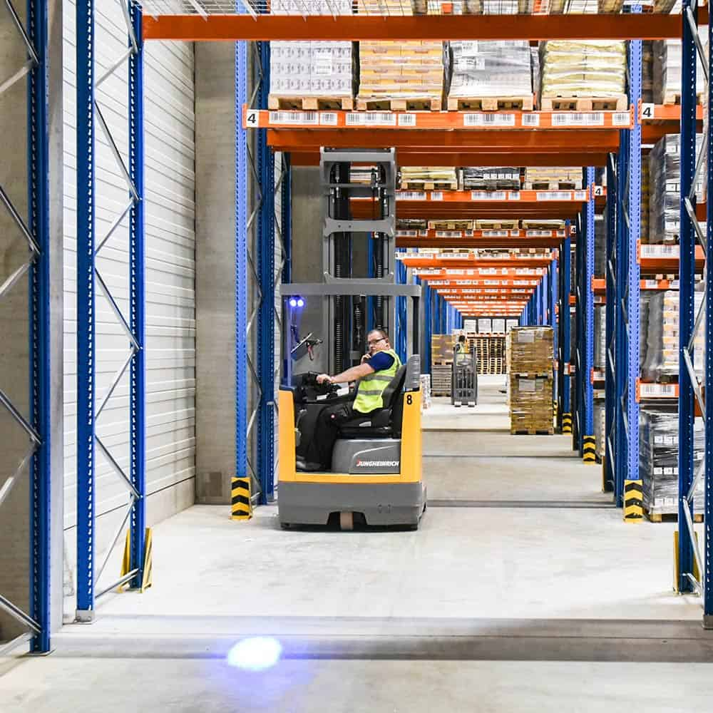 Qualitativ hochwertige und individuelle Lagerlogistikdienstleistungen im Lager Zettlitz von B+S. | High-quality and customised storage logistics services in B+S's Zettlitz warehouse.