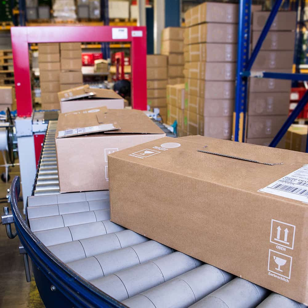 Paketbeförderung - Die Ware geht schnell und zuverlässig aus dem Lager. | Parcel conveyor – the goods are transported from the warehouse quickly and reliably.