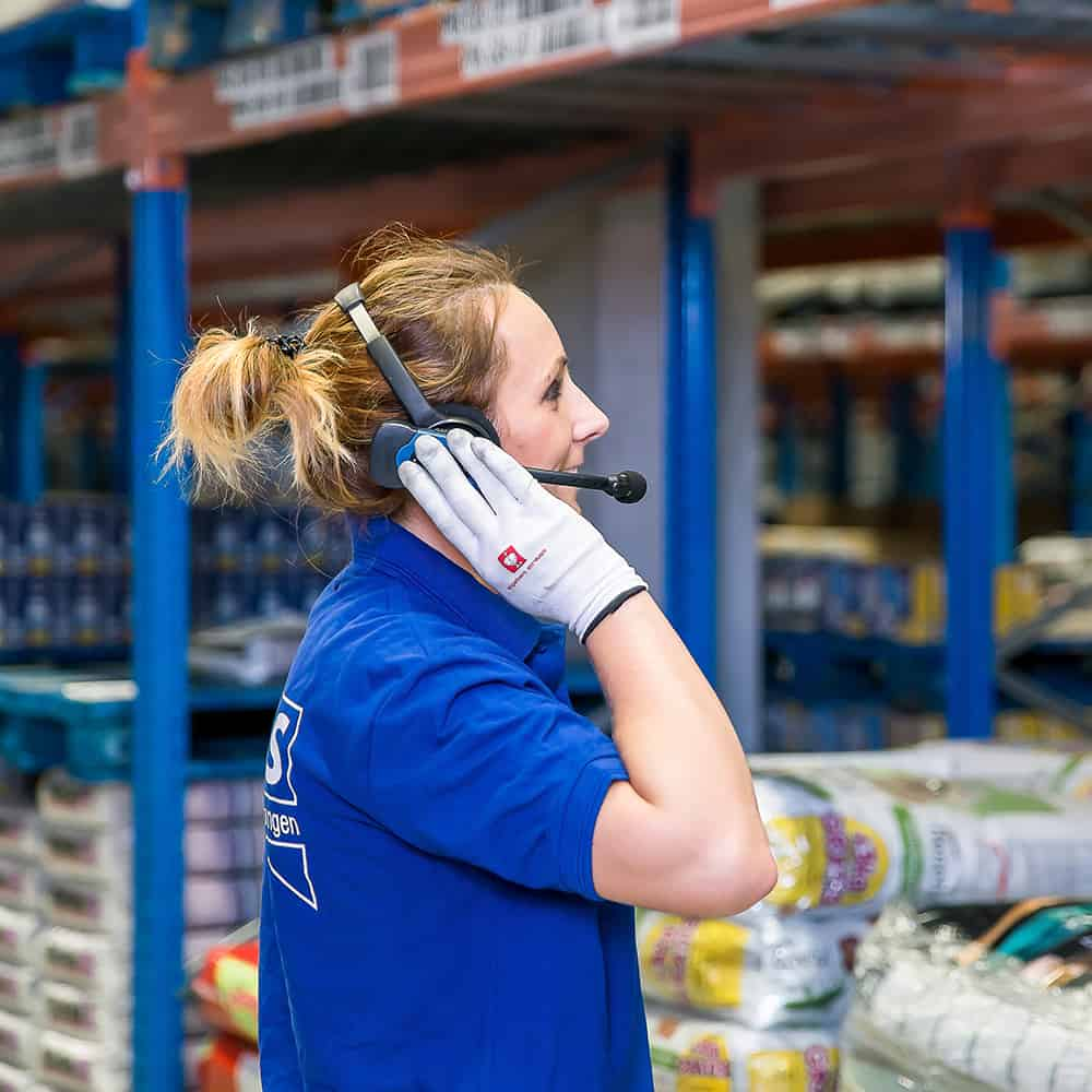 """Modernste Technik im Lager integriert: Pick by Voice bei B+S.   State-of-the-art technology integrated in the warehouse: """"pick by voice"""" at B+S."""
