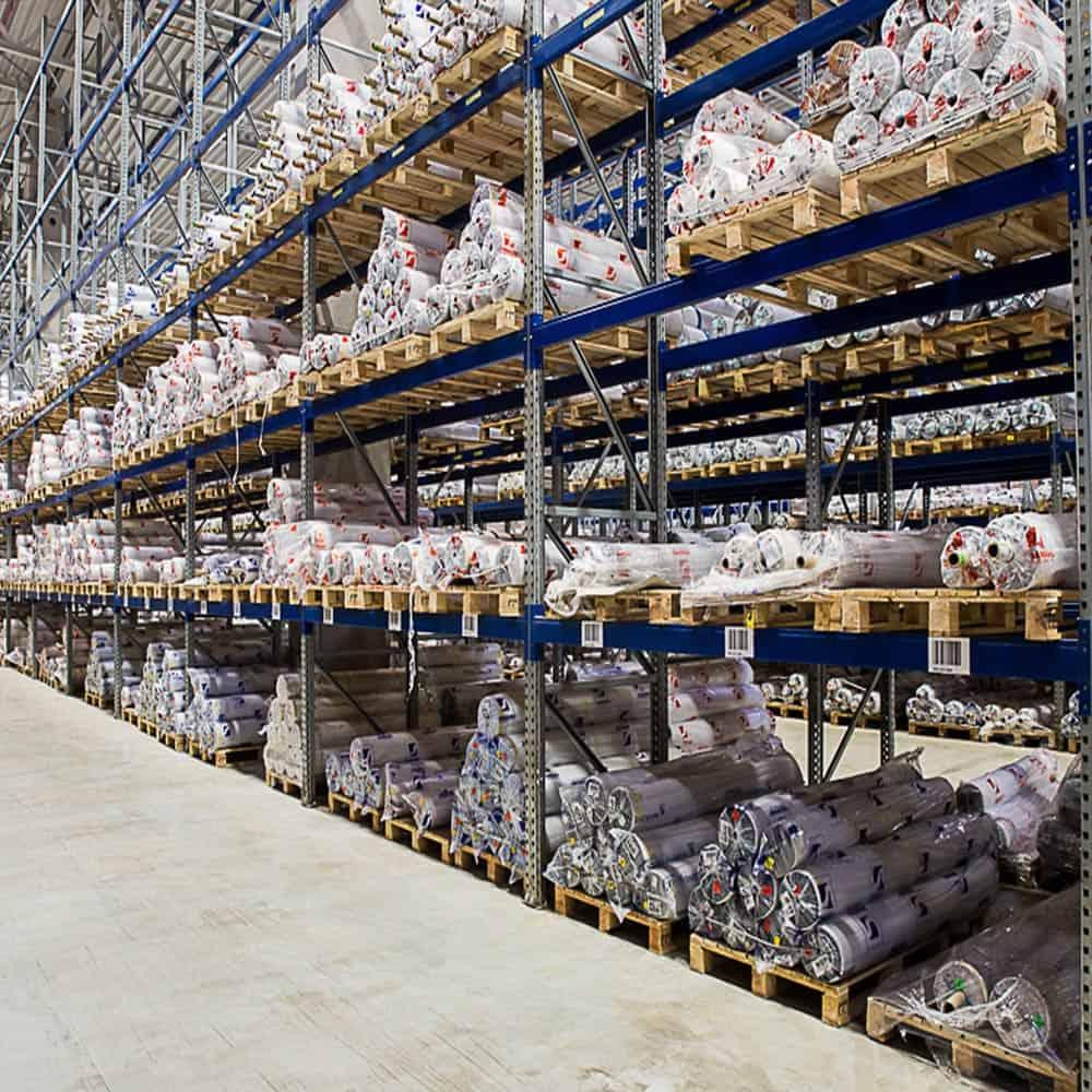 Rollenlagerung bei B+S am Standort Hamburg: Für jede Ware die richtige Lagerung. | Roll storage at the B+S Hamburg facility: The right storage for each type of goods.
