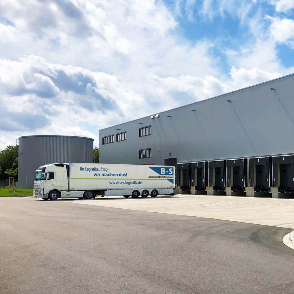 Über die Rampe bei B+S in Ulm und mit dem eigenen Fuhrpark kommen Waren sicher und temperaturgeführt an ihr Ziel. | Via the loading dock at B+S in Ulm and with our own fleet of vehicles, goods reach their destination safely, under temperature-controlled conditions.