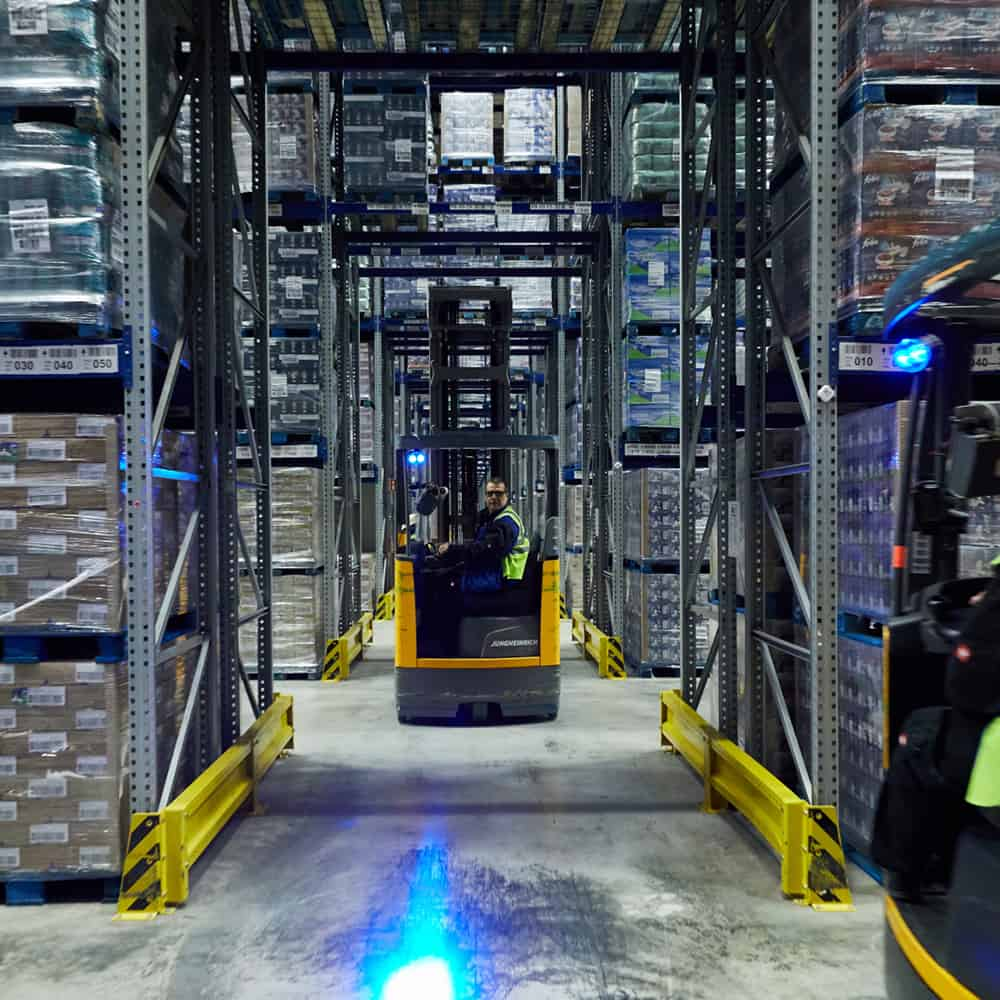 Im Lager ist was los: Bewegung von Staplern bei B+S. | On the move in the warehouse: stackers in action at B+S.
