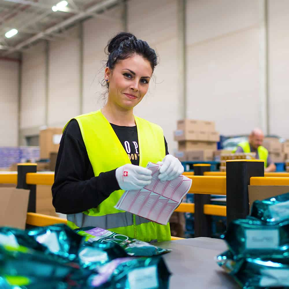 B+S bietet zahlreiche Value Addes Services wie Etikettierung, Konfektionierung, Co-Packing und Displaybau. | B+S offers numerous value-added services such as labelling, picking and packing, co-packing and display fabrication.