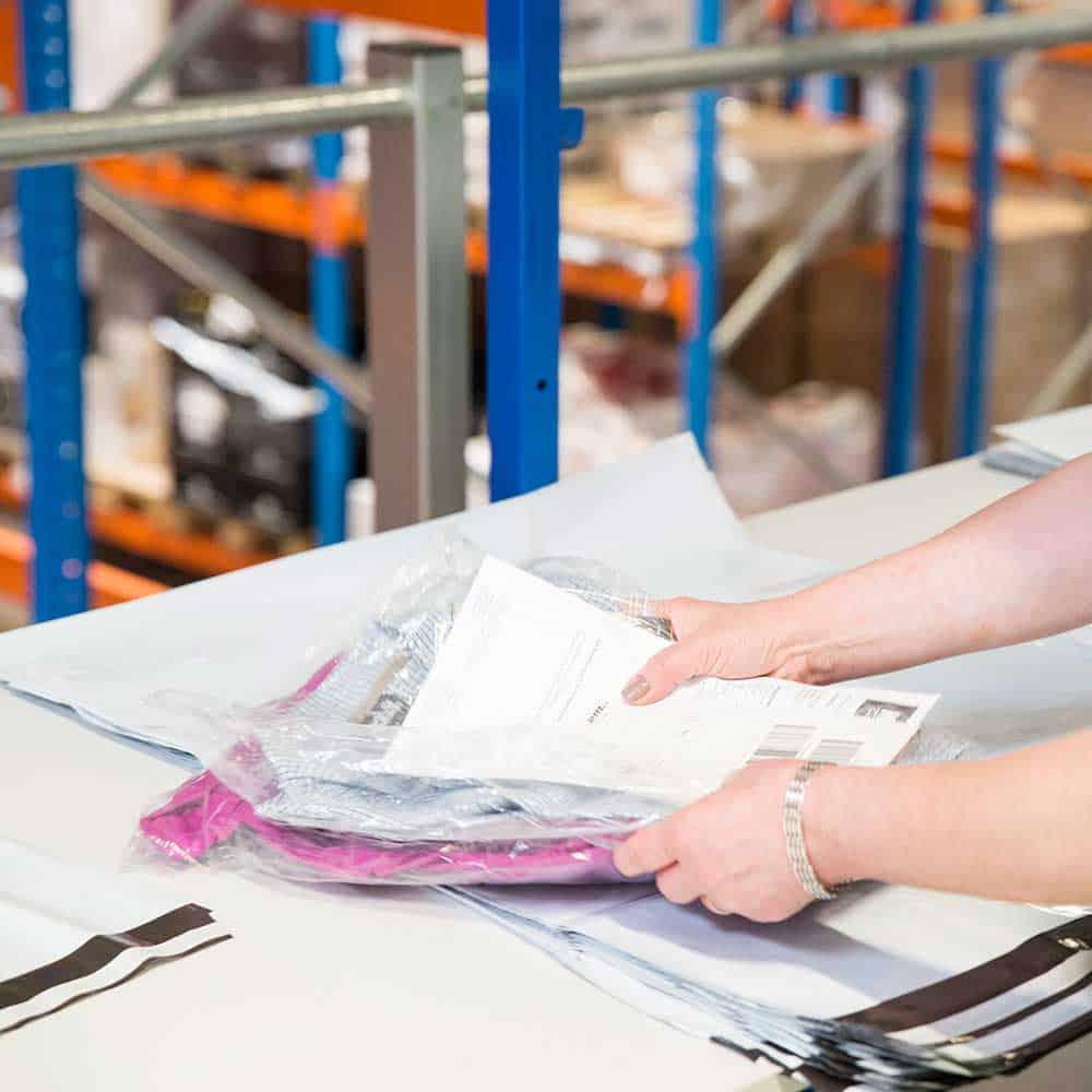 B+S übernimmt alle logistischen Aufgaben - auch das Verpacken der Frachtpapiere. | B+S takes care of all logistics tasks – including packing of the freight documents.