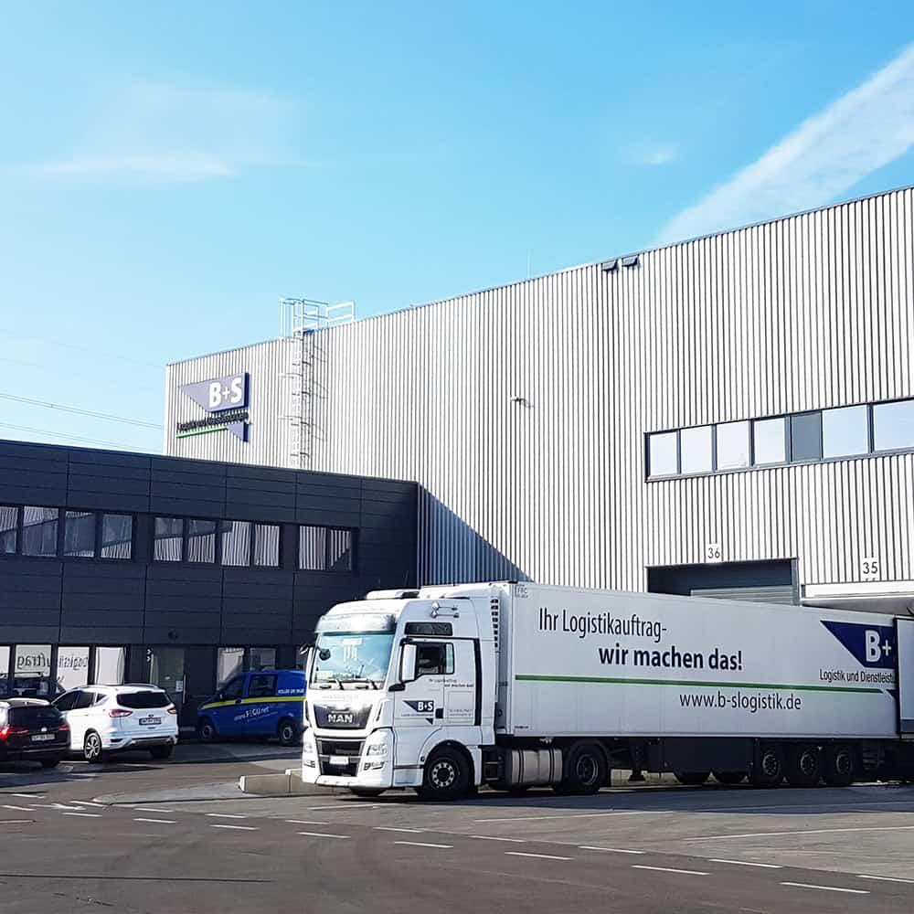 Am Standort Hamburg von B+S sind täglich bis zu 80 LKW und Container im Einsatz. | At the B+S Hamburg facility, up to 80 lorries and containers are in use every day.