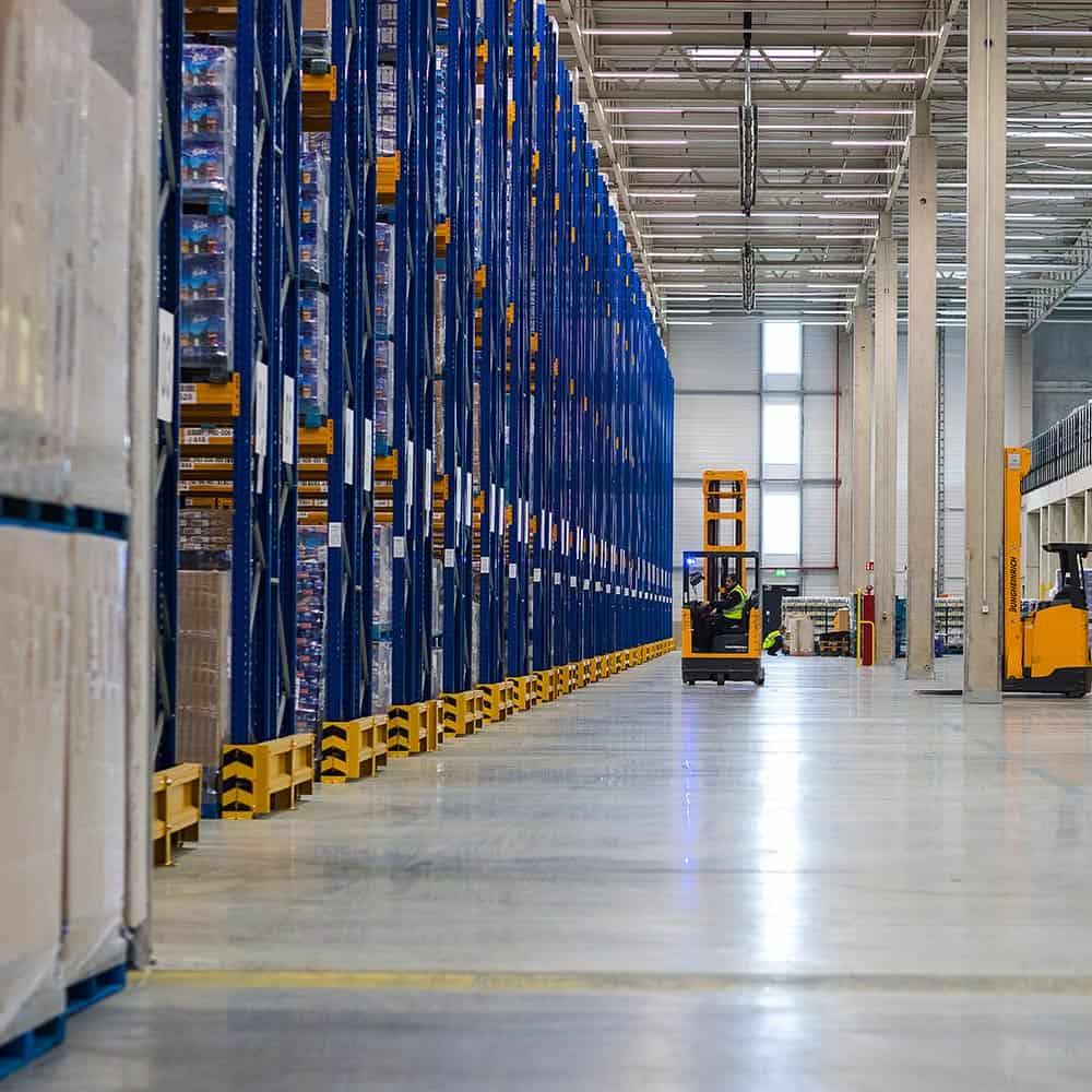 Große, moderne Logistikflächen und Mezzaninen bieten Platz für Logistikdienstleistungen und Value Added Services. | Large, modern logistics areas and mezzanines provide the space required for logistics services and value-added services.