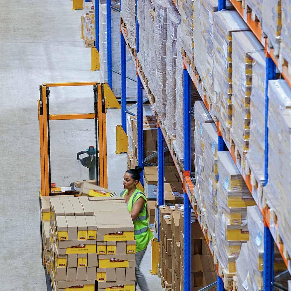 Qualifiziertes Personal kümmert sich um Waren im Lager von B+S.   Qualified personnel handle the goods in the B+S warehouse.