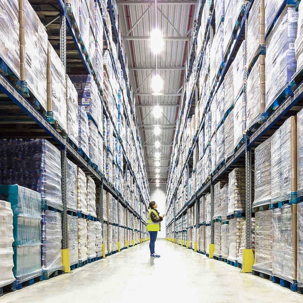 Platz für Paletten im Hochregallager von B+S in Alzenau. | Space for pallets in B+S's high-bay warehouse in Alzenau.