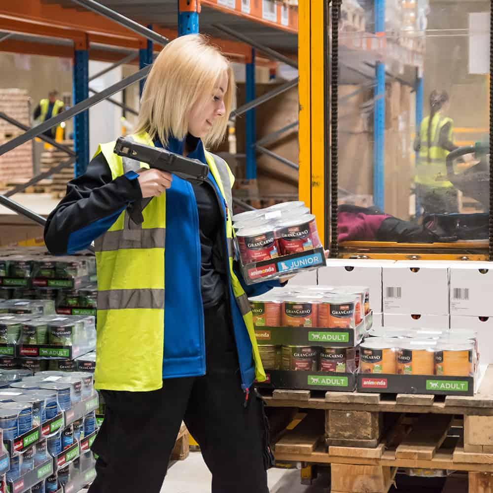 B+S überprüft und scannt Wareneingänge. | B+S checks and scans incoming goods.