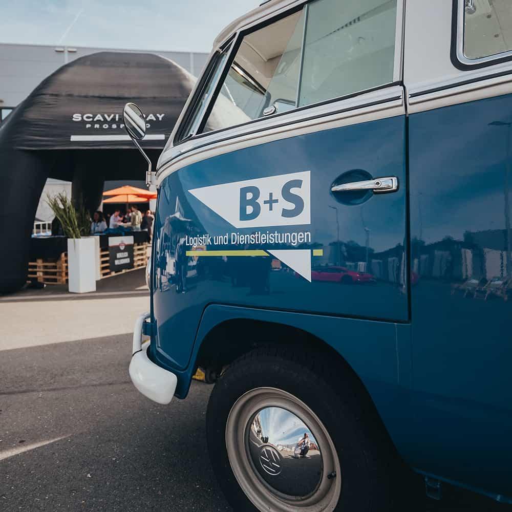 Unser T2 Bulli: Ein echter Hingucker. | Our T2 Volkswagen Bus: a real eye-catcher.