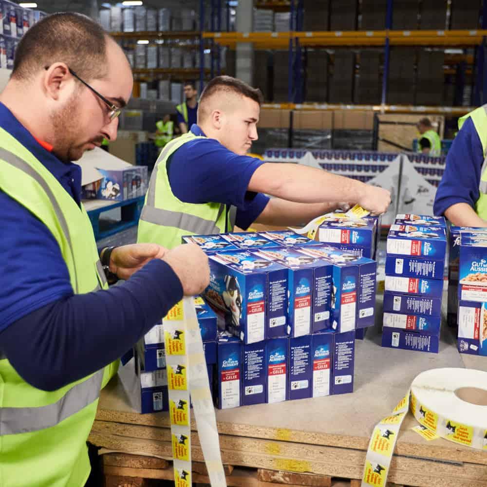 Perfekter Service von B+S beim Etikettieren von Tierfutterpackungen. | Pet food packages are labelled as part of B+S's perfect service.
