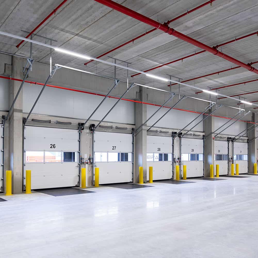 Modernste Ladetore sorgen für eine reibungslose Be- und Entladung.   State-of-the-art loading gates ensure smooth loading and unloading.