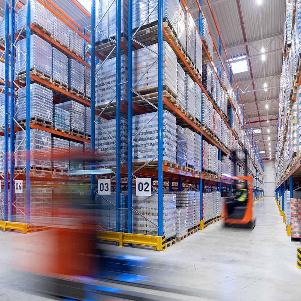 Kontraktlogistik bei B+S: Das bedeutet Bewegung im Lager und auf der Straße. | Contract logistics at B+S: This means movement both in the warehouse and on the road.