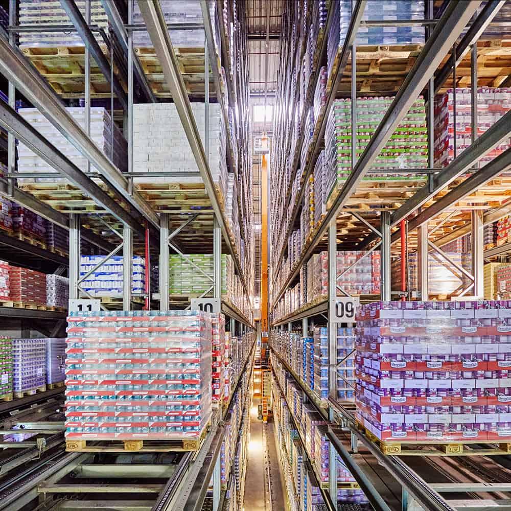 25.000 Palettenstellplätze im vollautomatisierten Hochregallager. | 25,000 pallet spaces in the fully automated high-bay warehouse.